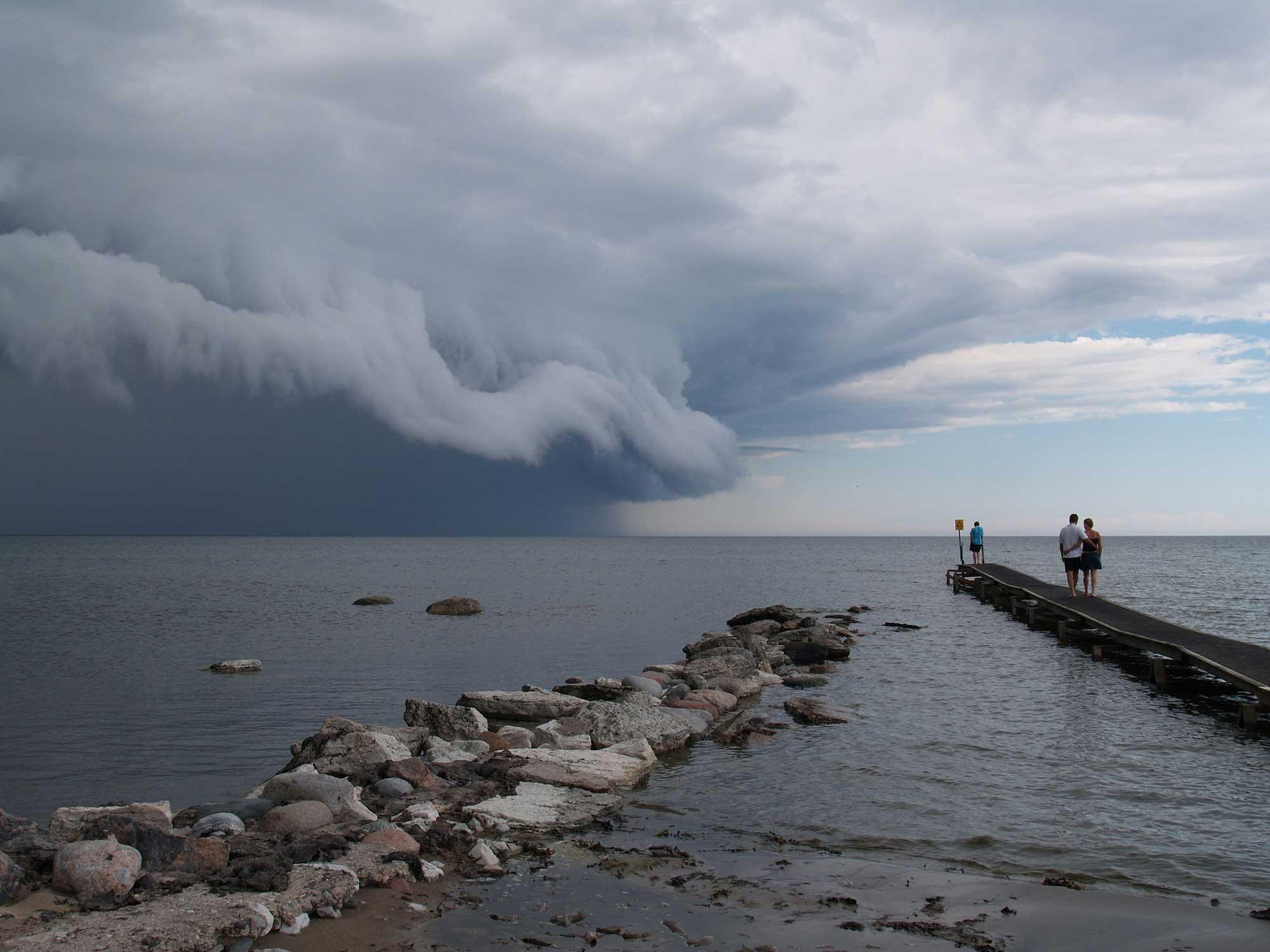 Photograph of a thunderstorm featuring a shelf cloud.